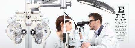 Optometrist die zicht met vrouwen geduldige meting doen met s royalty-vrije stock foto