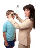 Optometrist met kind stock afbeelding