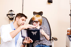 Optometrist probierczy dziecko dla głębii postrzegania Obraz Royalty Free