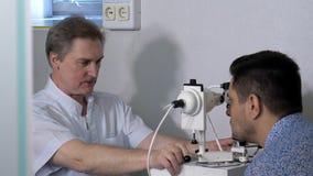 Optometrist robi celowniczy testowanie dla pacjenta w klinice obrazy royalty free