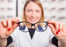 Optometrist sugeruje szkła zdjęcia royalty free