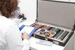 Optometrista che prepara diagnosi fotografia stock libera da diritti