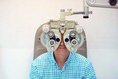 Optometrista de sexo masculino Doing Sight Testing para el paciente masculino en clínica Imagen de archivo