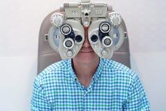 Optometrista de sexo masculino Doing Sight Testing para el paciente masculino en clínica Fotos de archivo libres de regalías