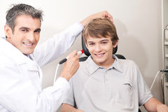 Optometrista Doing Eye Testing Fotografie Stock