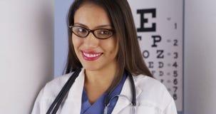 Optometrista mexicano que está no escritório imagem de stock royalty free