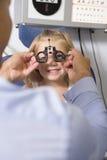Optometrista nella stanza dell'esame con la ragazza immagine stock libera da diritti