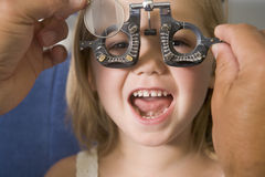 Optometrista nella stanza dell'esame con la ragazza fotografie stock libere da diritti