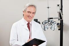 Optometrista sonriente With Notepad Imagen de archivo libre de regalías