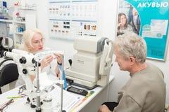 Optometristarts en patiënt Royalty-vrije Stock Foto's