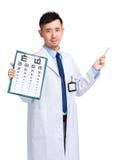 Optometrydiagram och penna för manlig doktor som hållande pekar upp Fotografering för Bildbyråer