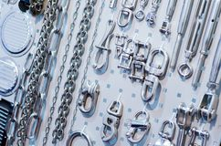 Optuigen, kabels, kettingen, lagen, karabijnen voor verkoop royalty-vrije stock afbeeldingen