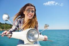 Optymistycznie ładna hipis kobieta jedzie jej motocykl obraz stock