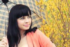 Optymistycznie brunetki dziewczyna pod parasolem Obrazy Stock