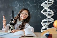 Optymistycznie mały naukowiec cieszy się eksperyment w lab zdjęcie stock