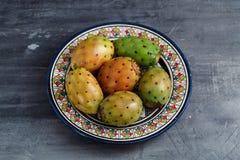 Opuntia ficus-Indica, σύκο Βαρβαρίας, αχλάδι κάκτων, ασπόνδυλος κάκτος, τραχύ αχλάδι, ινδικό opuntia σύκων σε ένα πιάτο για Στοκ Φωτογραφίες