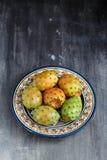 Opuntia ficus-Indica, σύκο Βαρβαρίας, αχλάδι κάκτων, ασπόνδυλος κάκτος, τραχύ αχλάδι, ινδικό opuntia σύκων σε ένα πιάτο για Στοκ Εικόνες