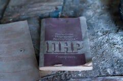 Opuscolo sovietico di propaganda sulla Repubblica polacca su Russo sulla tavola a scuola distrutta in Pripyt immagini stock libere da diritti