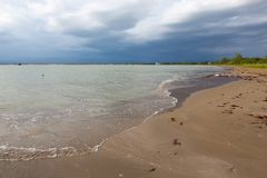 Opustoszała plaża i burzowy niebo Obrazy Royalty Free