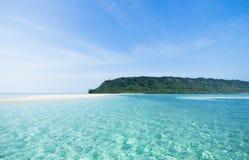Opustoszała tropikalna wyspy plaża i jasna błękitne wody, Okinawa, Japonia Zdjęcia Stock