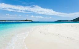Opustoszała tropikalna wyspy plaża i jasna błękitne wody, południowy Japonia Zdjęcia Stock