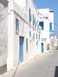 Opustoszała ulica Mahdia z błękitnymi kratownicami na wi i drzwiami zdjęcie royalty free