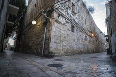 Opustoszały drogowy rozdroże w starym mieście Jerozolima, Izrael Puste ulicy antyczny miasto w wczesnym poranku Podróżować wewnąt zdjęcie stock