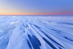 Opustoszały marznący jezioro w ranku świcie wcześnie obraz stock