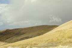 Opustoszały piaskowaty wzgórze i ciężki niebo obrazy royalty free