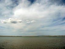 Opustoszały plażowy jezioro, lata niebo, natura, błękit chmura, obrazy stock