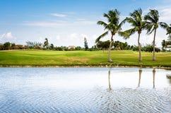 Opustoszały pole golfowe i niebieskie niebo fotografia royalty free