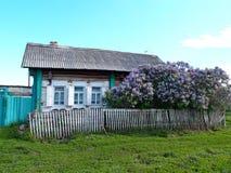 Opustoszały stary dom w Syberyjskiej wiosce, Omsk region, Rosja fotografia stock