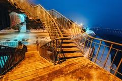 Opustoszały zwyczajny most przy nocą w oświetleniu latarnie uliczne Obrazy Stock