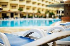 Opustoszały hotelowy basen w wczesnym poranku, horyzontalnym Zdjęcia Stock