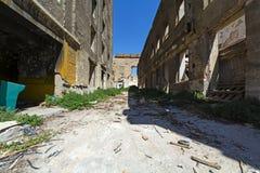 Opustoszali bieg puszka budynki w Piraeus, Grecja fotografia royalty free