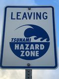 Opuszczać tsunami zagrożenia strefy znaka obrazy royalty free