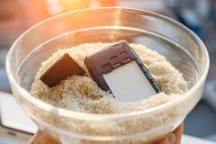 Opuszczał twój telefon w wodzie - dylemat jest ryżowy Zdjęcia Stock