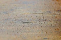 opuszcza drewnian? nawierzchniow? wod? kropelki raindrop zdjęcie stock
