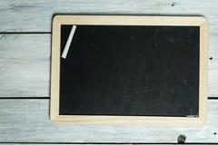 Opuszcza wiadomość na blackboard, jest kreatywnie, obrazy royalty free