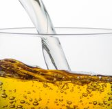 Opuszczający jabłczany sok w szkle obrazy royalty free