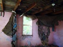 opuszczony łóżko, grunge domu w świetle sceny bałagan przez okno Zdjęcia Stock