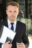 Opvallende zakenman met neutrale uitdrukking Royalty-vrije Stock Fotografie