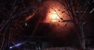 Opvlammende huisbrand stock videobeelden