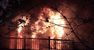 Opvlammende huisbrand stock video