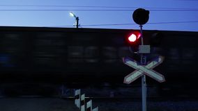Opvlammende Signalen bij een Niveau Spoorwegovergang stock video