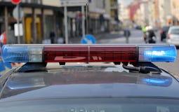 Opvlammende sirenes van de politiewagen bij de controlepost op de weg Stock Afbeeldingen