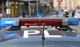 Opvlammende sirenes van politiewagen tijdens de wegversperring in de stad Stock Foto