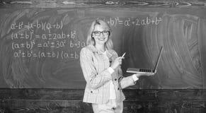 Opvoeder vrolijke dame die met moderne laptop Internet-bordachtergrond surfen Het onderwijs is pret De slijtage van de vrouwenler stock fotografie