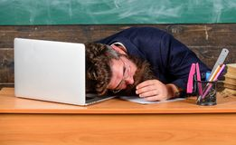 Opvoeders meer beklemtoond werk dan gemiddelde mensen Moeheid op hoog niveau Uitputtende de oorzakenmoeheid van de het werkschool stock foto