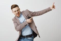 Opvoerend stemming en vertrouwen met juist spoor Opgetogen knappe blije mens met varkenshaar in het in jasje zingen stock afbeeldingen